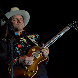 Duane Betts playing Duane Allman's Gibson Les Paul. by Steve Rogers - People Musicians & Entertainers ( allman, betts, les paul, gibson, guitarist, guitar )