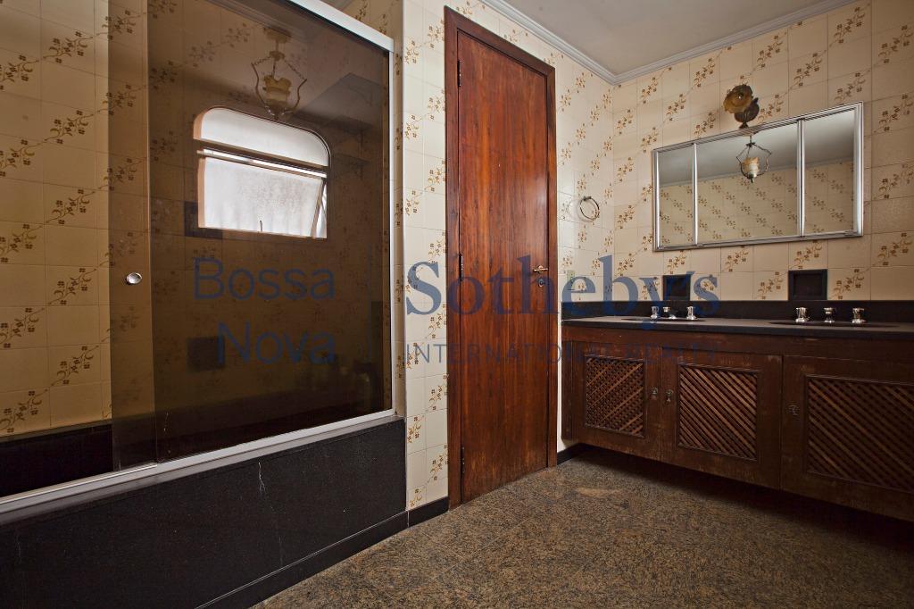 Amplo apartamento em ótima rua do Itaim