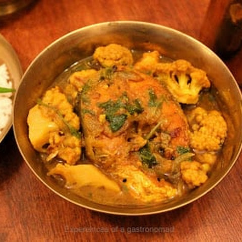 Macher bati chochori (White carp curry with cauliflowers)
