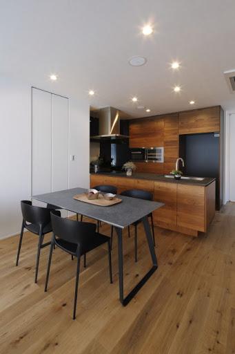 【2階ダイニングキッチン】 暖かな印象の木目とスタイリッシュな黒を基調とした空間。 ※電子レンジ機能付きオーブン、ワインセラー、食洗機、浄水器完備