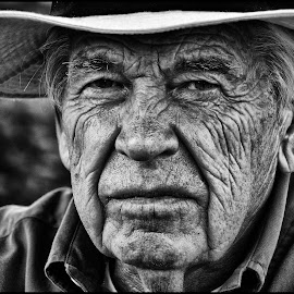 by Etienne Chalmet - Black & White Portraits & People ( monochrome, black and white, street, people, portrait )