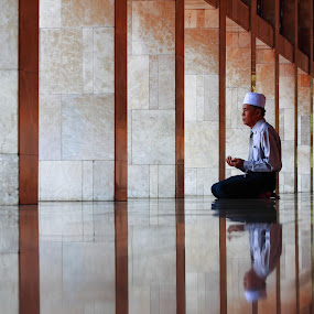 pray for allah by Khairur Rijal Pauzi - People Street & Candids ( canon, candids, lanscape, street, senior citizen, people, human )