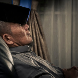 Dooze off by Iqqi Vr - People Portraits of Men ( eidfitri, hariraya, tired, doozed, man )