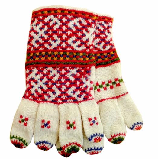 Больше всего варежек дарилось на свадьбах. Во время обручения невеста дарила жениху перчатки, которые он потом надевал на свадьбе (независимо от времени года) - белые, с цветным манжетом.