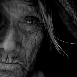 Jacinta by Ilan Derech - Black & White Portraits & People ( old, black and white, beauty, bnw, portrait )