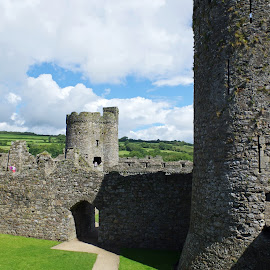 Kidwelly Castle by Ingrid Anderson-Riley - Buildings & Architecture Public & Historical