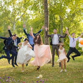 In the air by Vasiliu Leonard - Wedding Groups ( fotograf nunta, fotograf nunta iasi, wedding, fotograf iasi, bride, groom, vasiliu leonard )