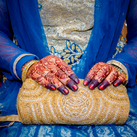 Bride's henna by Irfaan Hussein - Wedding Details ( henna, wedding henna, mehendi, bride's henna, bag, bride's bag, bride, golden bag, blue dress )