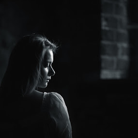 enigma by Danuta Czapka - Black & White Portraits & People ( child, natural light, black and white, photography, portrait,  )