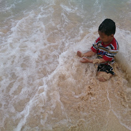 on the beach  by Umair Faid - Babies & Children Children Candids ( water, playing, beach )