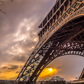 L'adieu by Paulo Solipa - Buildings & Architecture Statues & Monuments ( clouds, eiffel tower, paris, sunset. )
