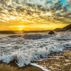 Sunrise in Estaleiro Beach by Rqserra Henrique - Landscapes Beaches ( waves, sunrise, brazil, rocks, beach, colorfull, clouds, water, rqserra,  )
