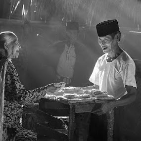 Bargaining by Basuki Mangkusudharma - People Street & Candids ( bargaining traditional market )