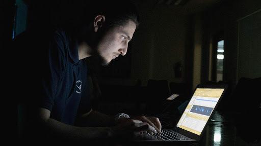 Daniel DeLeon bei der Arbeit mit Software für maschinelles Lernen, die in einem Audiofeed mit Meeresgeräuschen Walgesänge identifiziert