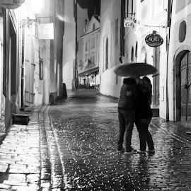 Kiss in the rain. by Dušan Gajšek - People Street & Candids ( _mesta, češki krumlov, kamenita cesta, ulička )