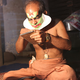 a kathakali artist getting prepared dor his performance by Adithyan Madhav - People Musicians & Entertainers