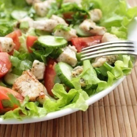 Slimming.Salad with chicken and fresh vegetables — a great and quick dinner