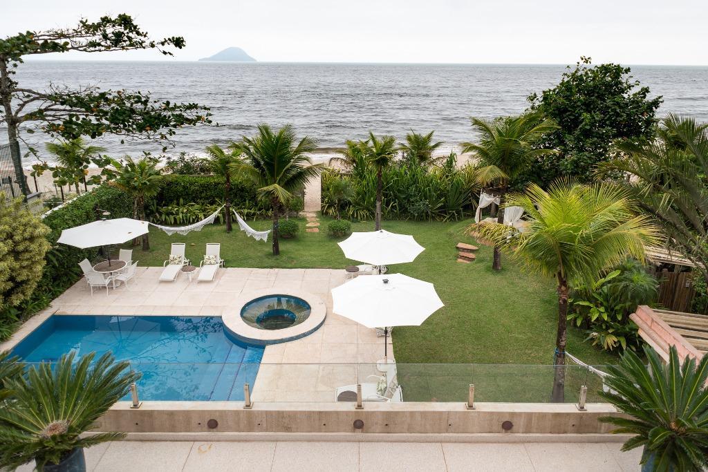 Barra do Una | Casa pé na areia com vista para o mar, ambientes amplos e iluminados, 800 m², 6 suítes, piscina, hidro, área gourmet e jardim.