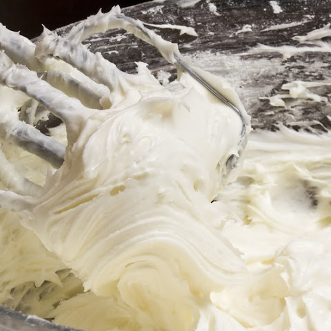 A Foolproof Way To Make Thick, Cream Cheese Frosting; Even The Novice Baker Can't Mess This Up!