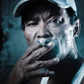 Itay Sajin by Siriel Maulit - People Portraits of Men ( cigarette, gritty, men, portrait )