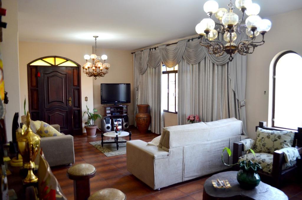 Excelente casa a venda com 400m² área útil - 702m² área total e ótima área de lazer com edícula (salão de festas), local privilegiado.  R$ 820.000,00