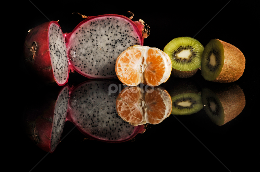 Pitahaya, orange and kiwy by Cristobal Garciaferro Rubio - Food & Drink Fruits & Vegetables ( kiwy, reflection orange, fruits, fuit, pitahaya )