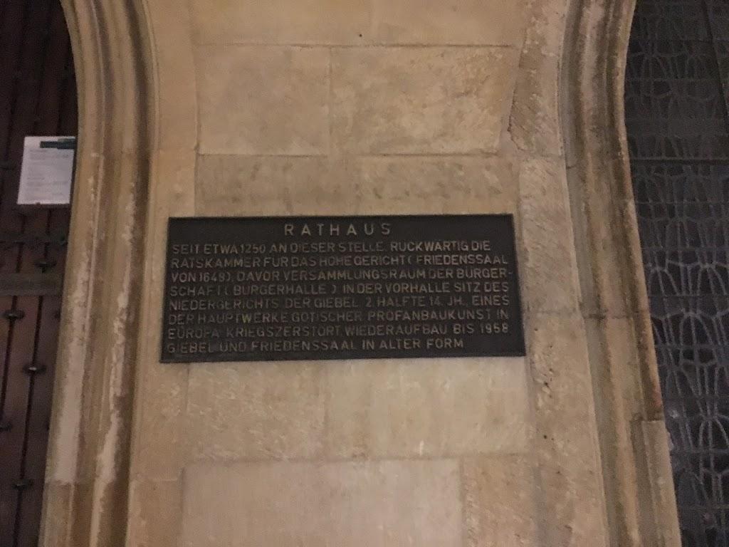 RATHAUS SEIT ETWA 1250 AN DIESER STELLE. RÜCKWÄRTIG DIE RATSKAMMER FÜR DAS HOHE GERICHT (FRIEDENSSAAL VON 1648), DAVOR VERSAMMLUNGSRAUM DER BÜRGER- SCHAFT (BÜRGERHALLE), IN DER VORHALLE SITZ DES ...
