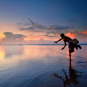 Fisherman.. by Hendri Suhandi - People Street & Candids ( bali, sunset, street, candid, sunrise, landscape, fisherman, people )