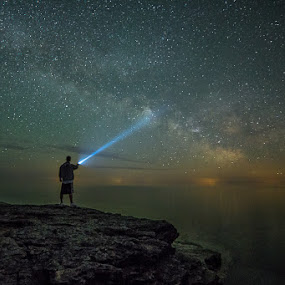 The Edge of the World by Andy Taber - Landscapes Starscapes ( wisconsin, door county, cliff, campground, lake, ocean, cave, milky way, nightscape, lake michigan, stars, sunset, cave point state park, galaxy, , night, lights, villes, rencontres, continents, découvertes curiosités, personnes, marchés )