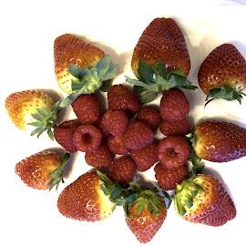 Fragole e lamponi by Francesco Benettolo - Food & Drink Fruits & Vegetables ( frutta rossa, lamponi, fragole, piatto di frutta rossa, frutta fresca )