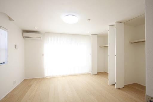 3階:約10帖の広々とした洋室。床材は天然無垢突板仕上げ。各居室収納スペース有。