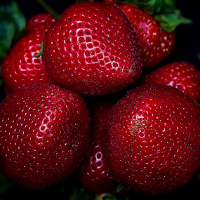 refreeshing strawberries by Senthil Damodaran - Nature Up Close Gardens & Produce ( organic, sweet, red, nature, strawberries, fruits, pwcvegetablegarden-dq )