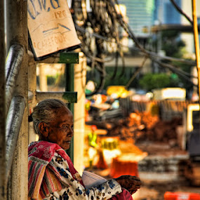 by Vincentius Dedy Angsana - People Street & Candids ( life, woman, street, bridge, portrait )