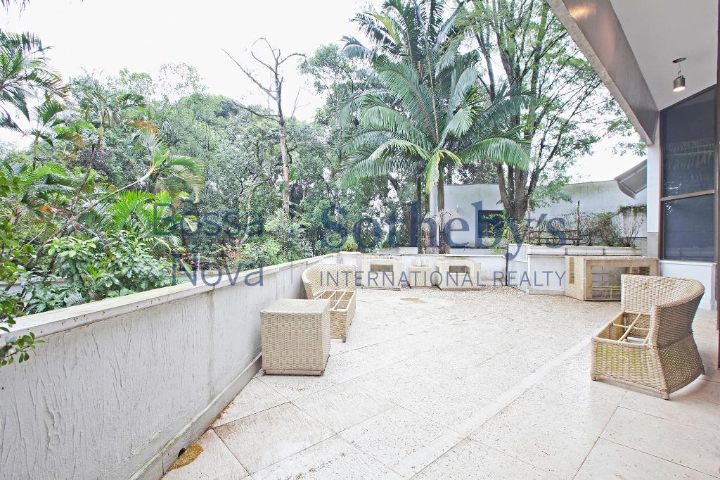 Maravilhosa casa de Alto Padrão, cercada de muito verde!