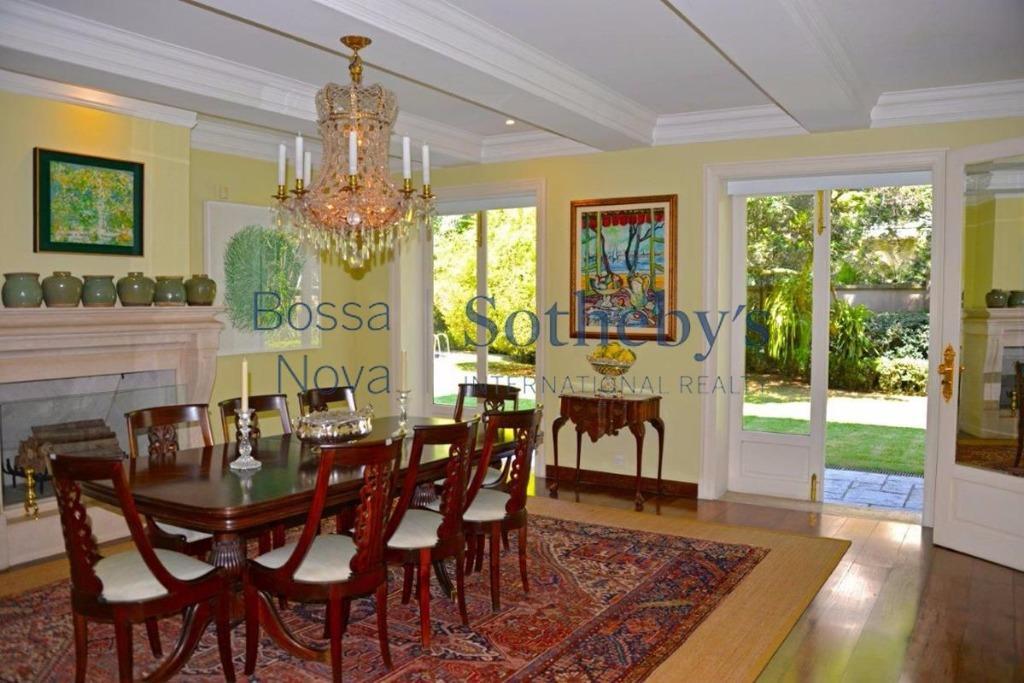 Convidativo jardim em casa clássica
