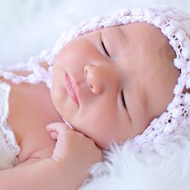 sleepy by Helena Lindgren - Babies & Children Babies ( newborn photography, sweet, newborn shoot, baby girl, newborn )