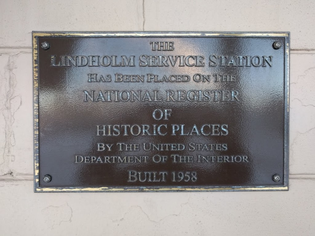 Took a side trip with @apocryphile to gas up at the only station designed by Frank Lloyd Wright (Cloquet, MN). And @readtheplaque of course. Tweet Submitted by @KurtKohlstedt