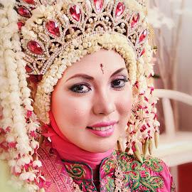 smile by Iqbal Gautama - Wedding Bride ( canon, wedding photography, wedding, indonesia, beautiful, wedding dress, smile, bride, women, people,  )