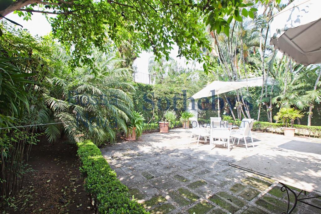 Casa térrea com lindo jardim e ambientes aconchegantes.