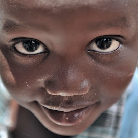 Eye to Eye by Tomasz Budziak - Babies & Children Child Portraits ( child, africa, portraits )