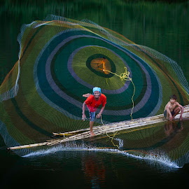 Fishing with net by Royanto Fx - People Professional People ( color, net, jala )