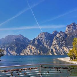 Lucchetti su un ponte del lago di Garda by Patrizia Emiliani - Landscapes Waterscapes ( lago, ponte, garda, italy, lucchetti )