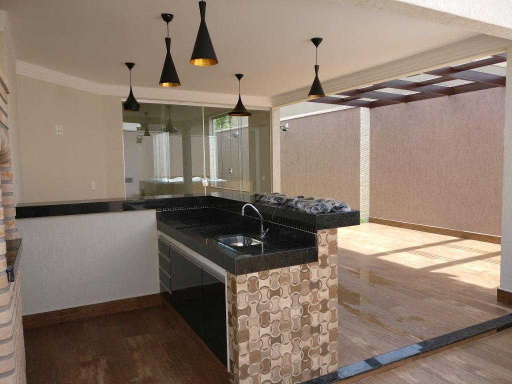 Casa em condomínio fechado, excelente padrão de acabamento, 205m² sala 2 ambientes, 3 suítes, lavabo cozinha, área de serviço, quintal, 4 vagas.