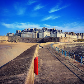 Regarding right by Shahriar  Zayyani - Instagram & Mobile Android ( sky, fortress, autumn, bretagne, sea, castle, france, travel, brittany, saint-malo, chateau, coast )