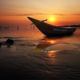 kapal terdampar by Indra Prihantoro - Transportation Boats ( boats )