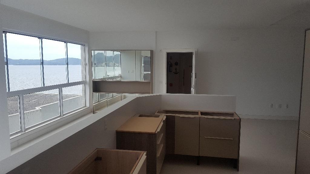 Apto com 4 dormitórios sendo 2 suítes, sala com vista para o mar, churrasqueira, pé na areia.