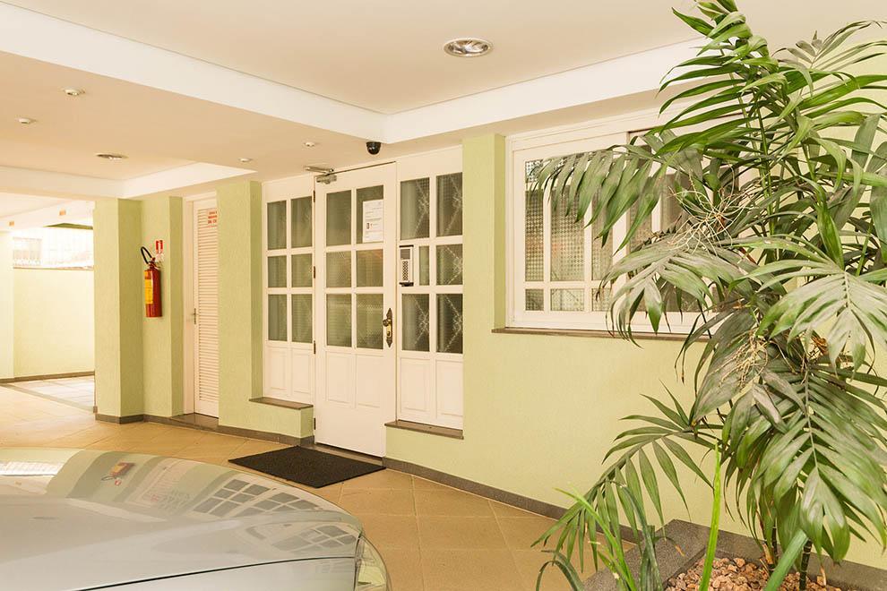Apartamento com 2 dormitórios, sendo 1 suíte, mobiliado, living 2 ambientes, sacada com churrasqueira, cozinha, área de serviço, banheiro social e 1 vaga de garagem escriturada. Imóvel reformado e com baixo valor condominial.