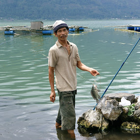 Panen satu ikan (Mancing) by Widiantara Made - People Portraits of Men