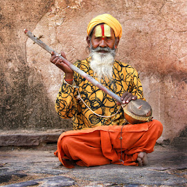 Indian plays music by Jos Meubis - People Street & Candids