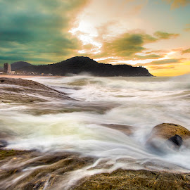 LE in Ilhota Beach by Rqserra Henrique - Landscapes Waterscapes ( waves, rocks, longexposure, beach, clouds, longexpo, rqserra )